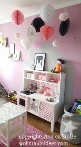 Süße Kinderzimmerinrichtung in Rosa mit vielen Details