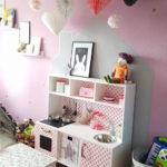 Kinderzimmer rosa mit vielen details eingerichtet