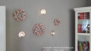 Wandfarbe Grau mit rosa Dekokränzen und Beleuchtung, schick