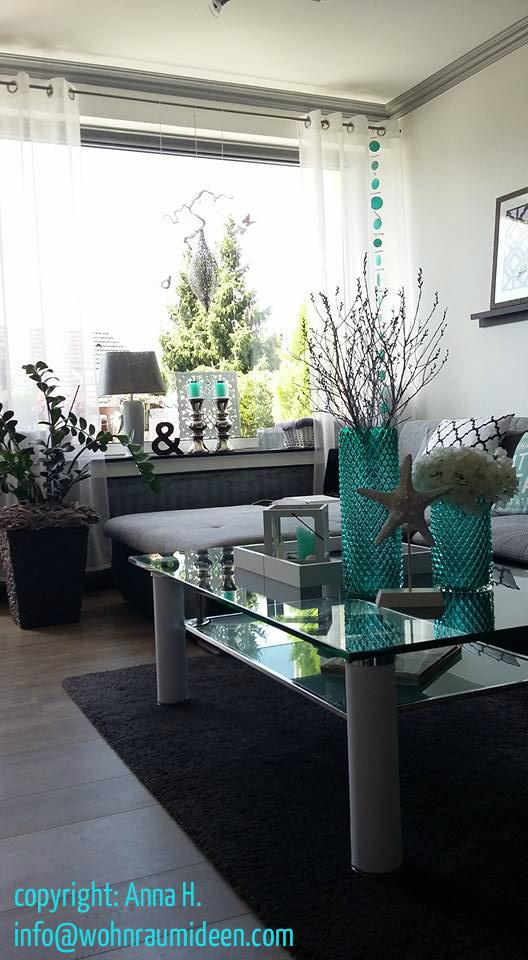 die sitzecke wirkt hell und freundlich durch den transparenten weissen vorhang mit turkisen farbtupfern kommt viel licht herein das helle freundliche und