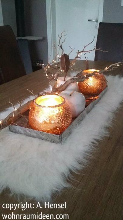Herbstdeko, weiße Felldecke, Tablett, beleuchteter Zweig, Windlichter, dekoäpfel