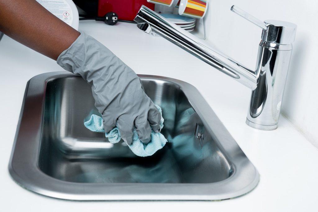 putzen, frau putzt waschbecken
